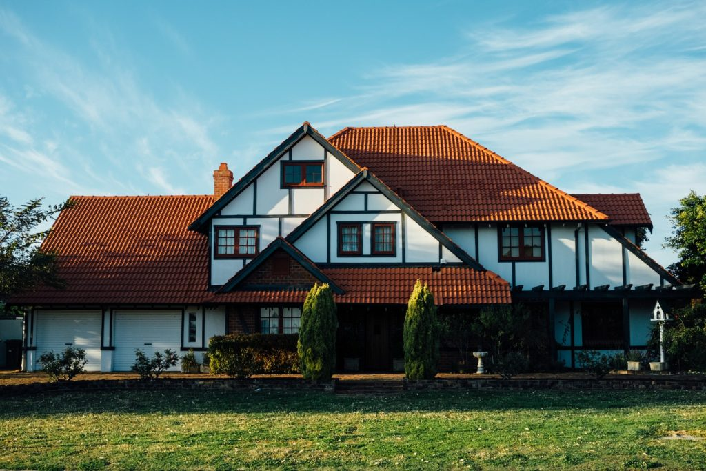 Dom z drewna czy cegły? Wybierz najlepszą opcję