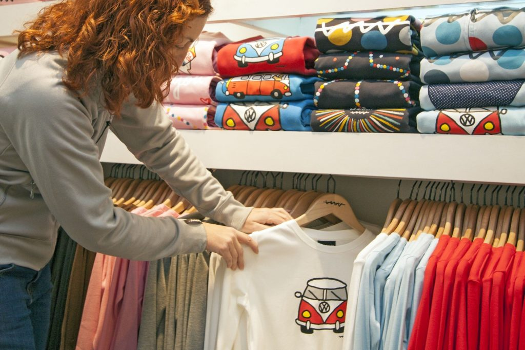 Ozdabianie ubrań – jakie metody można wykorzystać do urozmaicania garderoby?